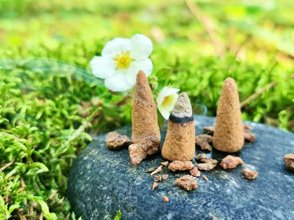 Natūralūs rankų darbo smilkalai. Handmade natural incense.
